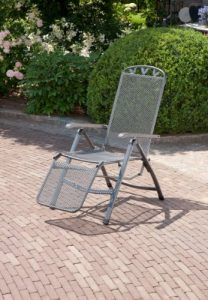 """Relaxsessel """"Gjøvik"""", Stuhl mit 5-fach Verstellung und Fußteil, Gartenstuhl aus Streckmetall, witterungsbeständig und pflegeleicht, 58x77x109cm, eisengrau"""