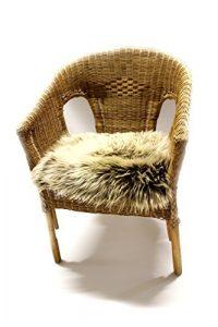 Besonders schöne Sitzauflage aus echtem Lammfell mit den Grundmaßen von 40×40 cm – gemütliches Sitzkissen mit einmaligem Wollbild als Stuhlauflage, Dekokissen, Couch- und Sesselauflage.